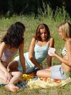 Сельские девицы играют в карты на раздевание на поляне