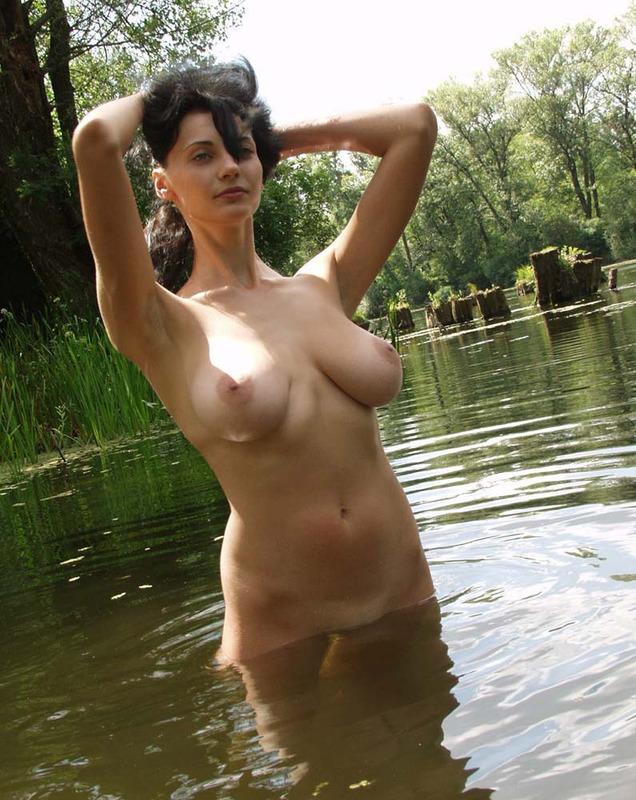 Взрослая брюнетка с натуральной грудью сняла купальник на реке 6 фото