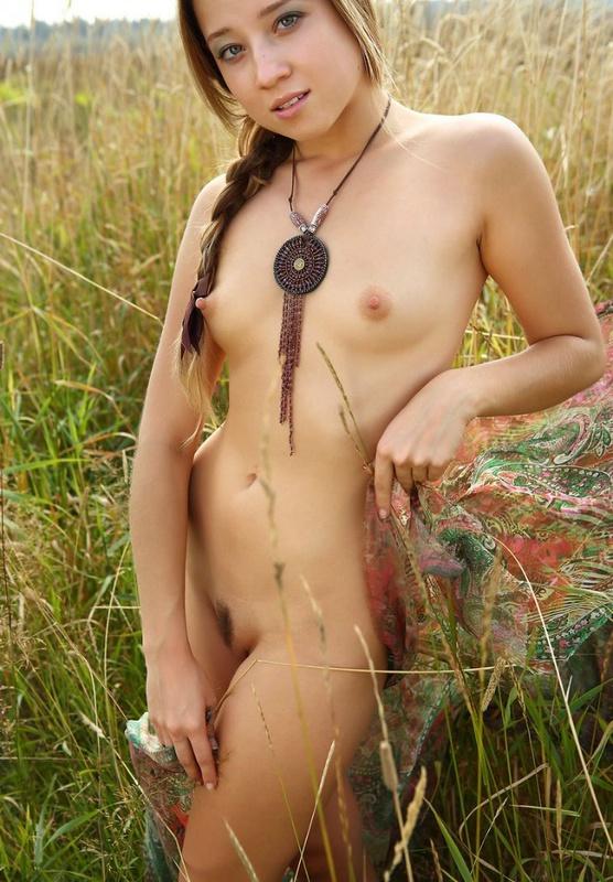 18летняя девушка с косичкой позирует в поле голая на платке 2 фото
