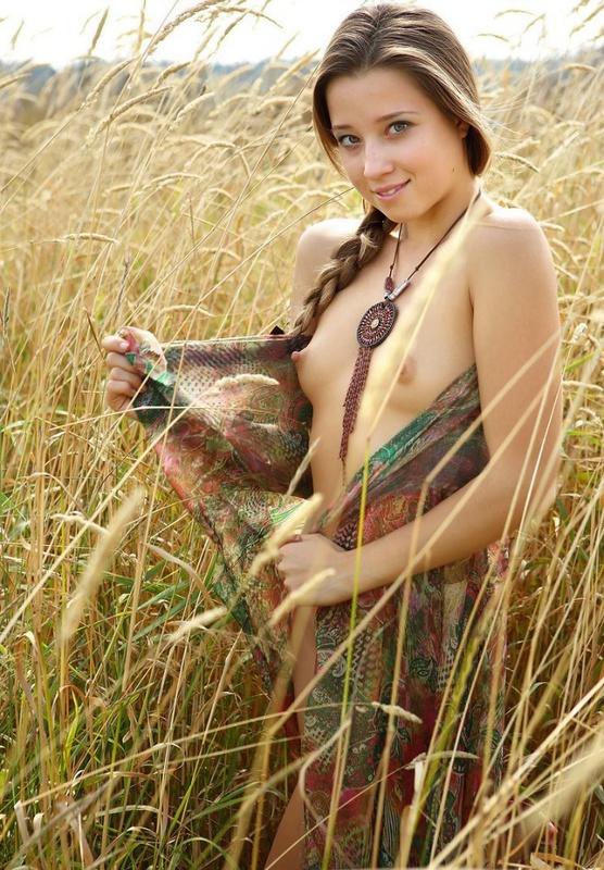 18летняя девушка с косичкой позирует в поле голая на платке 1 фото