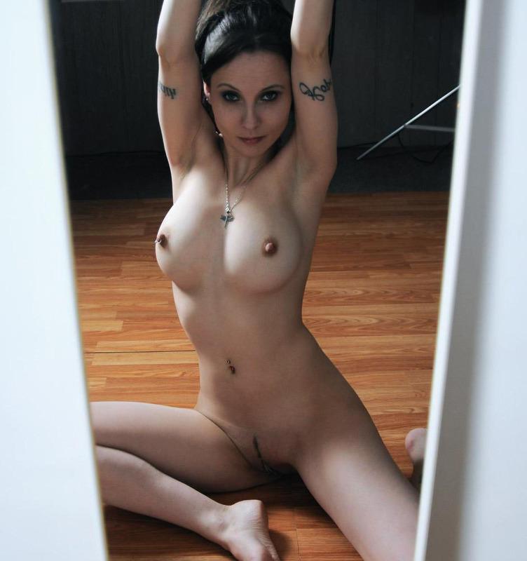 Похотливые девушки позируют перед зеркалом 7 фото