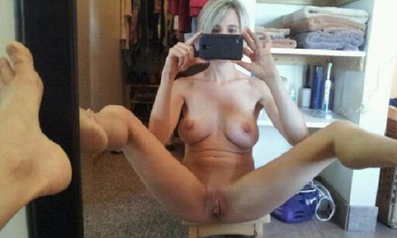 Похотливые девушки позируют перед зеркалом 9 фото