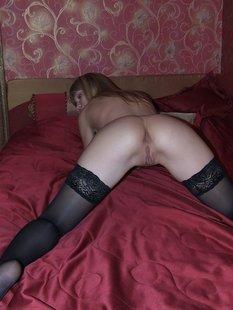 Сладенькая девчонка вертит ножками в нижнем белье и чулках