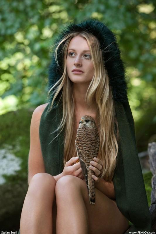 Фигуристая красавица с сочными сиськами 3 размера гуляет в лесу голышом 2 фото