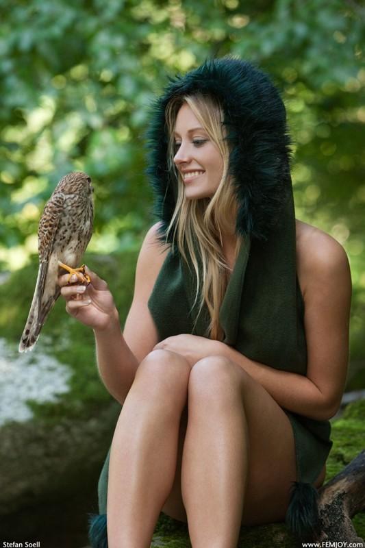 Фигуристая красавица с сочными сиськами 3 размера гуляет в лесу голышом 1 фото