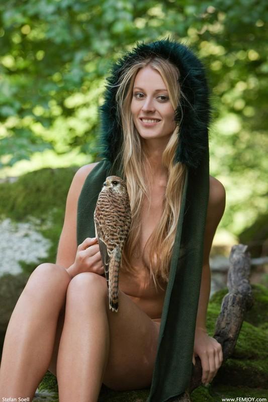 Фигуристая красавица с сочными сиськами 3 размера гуляет в лесу голышом 3 фото