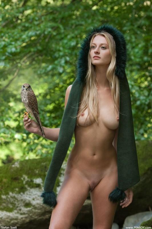 Фигуристая красавица с сочными сиськами 3 размера гуляет в лесу голышом 15 фото