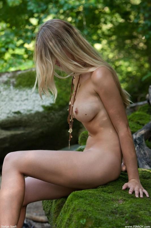 Фигуристая красавица с сочными сиськами 3 размера гуляет в лесу голышом 18 фото