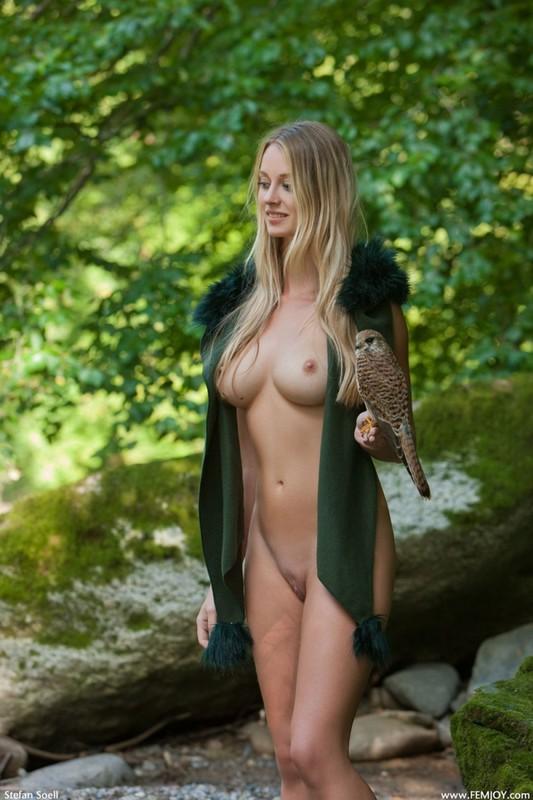 Фигуристая красавица с сочными сиськами 3 размера гуляет в лесу голышом 7 фото