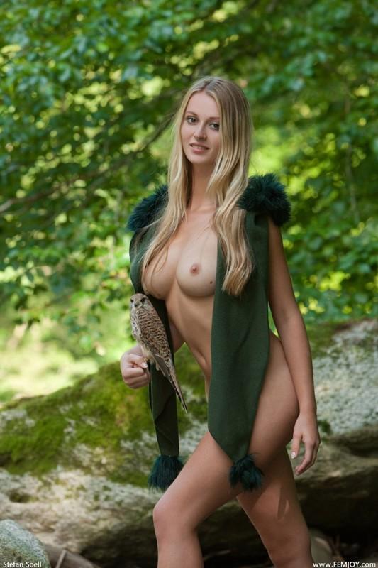 Фигуристая красавица с сочными сиськами 3 размера гуляет в лесу голышом 11 фото