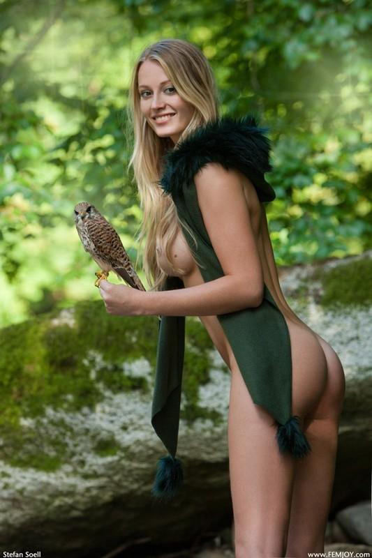 Фигуристая красавица с сочными сиськами 3 размера гуляет в лесу голышом 13 фото