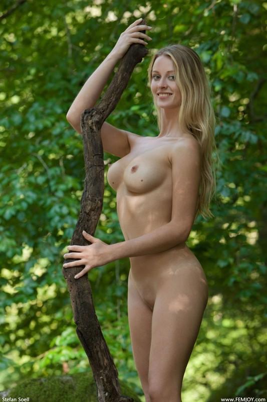 Фигуристая красавица с сочными сиськами 3 размера гуляет в лесу голышом 25 фото