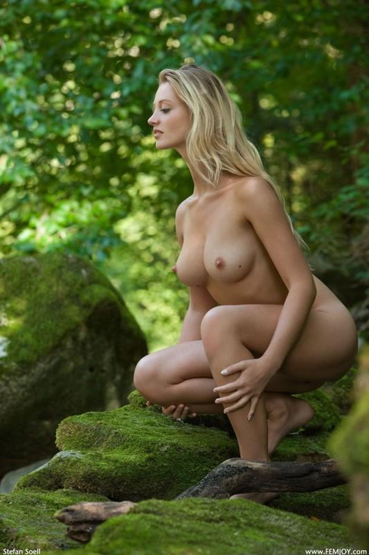 Фигуристая красавица с сочными сиськами 3 размера гуляет в лесу голышом 34 фото
