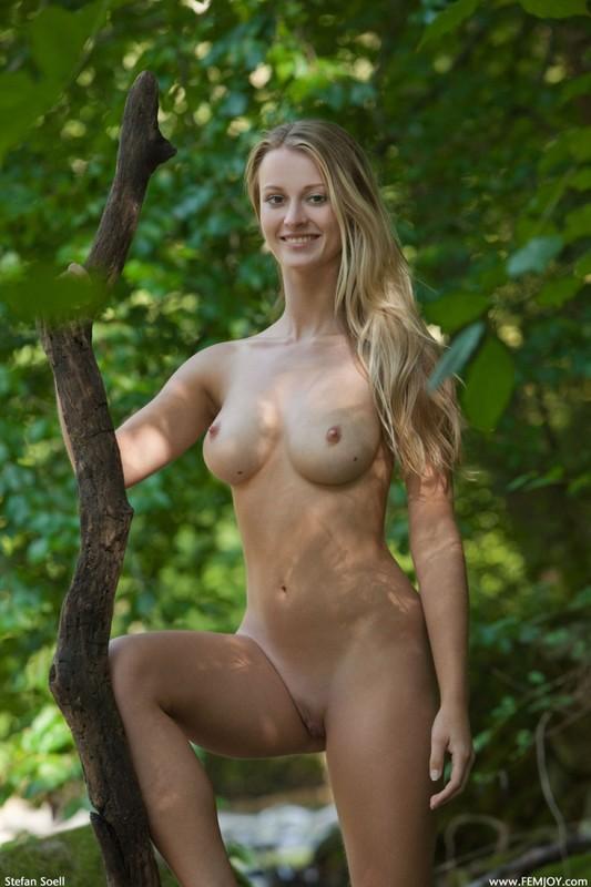 Фигуристая красавица с сочными сиськами 3 размера гуляет в лесу голышом 28 фото