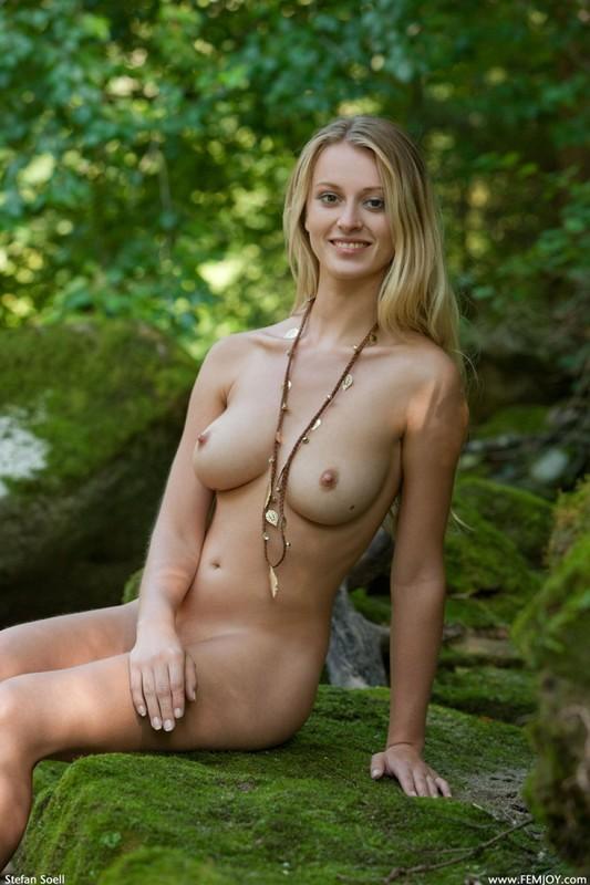 Фигуристая красавица с сочными сиськами 3 размера гуляет в лесу голышом 23 фото