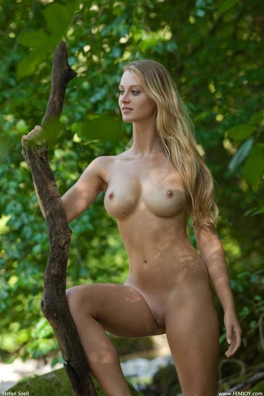 Фигуристая красавица с сочными сиськами 3 размера гуляет в лесу голышом 27 фото