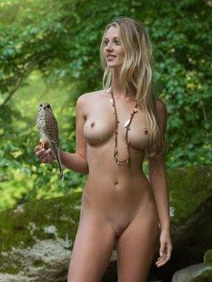 Фигуристая красавица с сочными сиськами 3 размера гуляет в лесу голышом