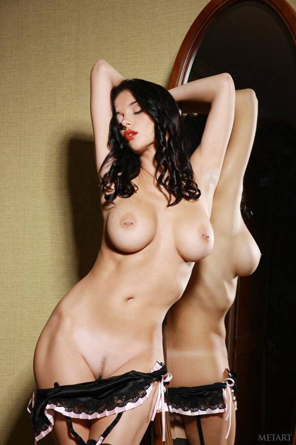 Стильная брюнетка показывает натуральную грудь и сладкую попку 7 фото