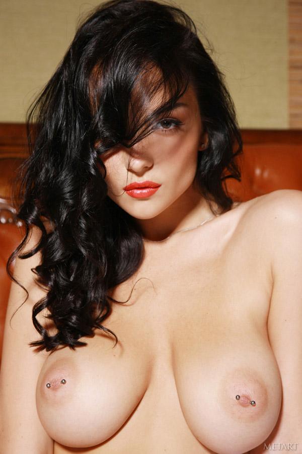 Стильная брюнетка показывает натуральную грудь и сладкую попку 12 фото