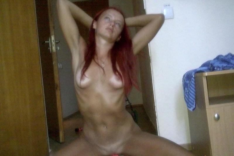 Рыжая баба разрабатывает дырки дилдо и пальцами перед сексом с хахалем 6 фото