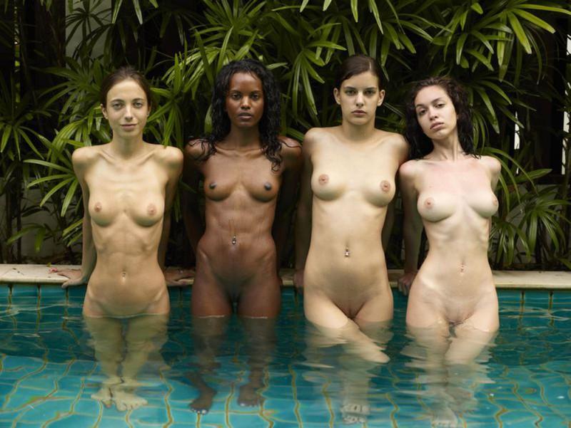 Обнаженные молодые девушки позируют стоя в бассейне 13 фото