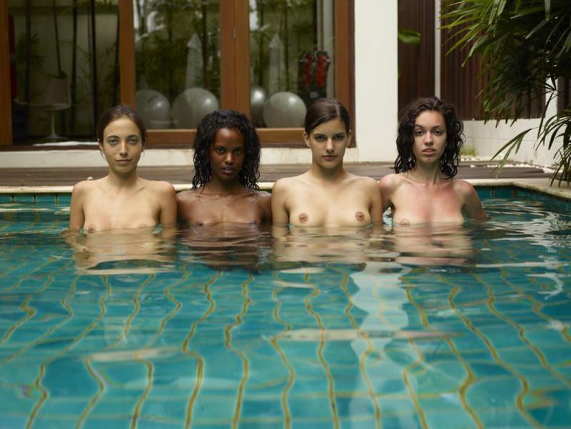 Обнаженные молодые девушки позируют стоя в бассейне 7 фото