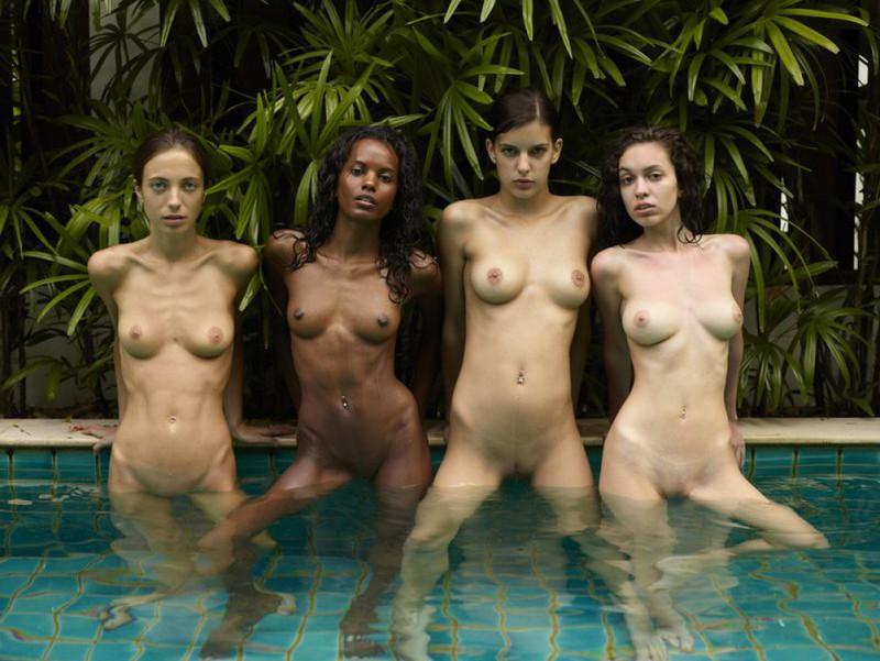 Обнаженные молодые девушки позируют стоя в бассейне 3 фото