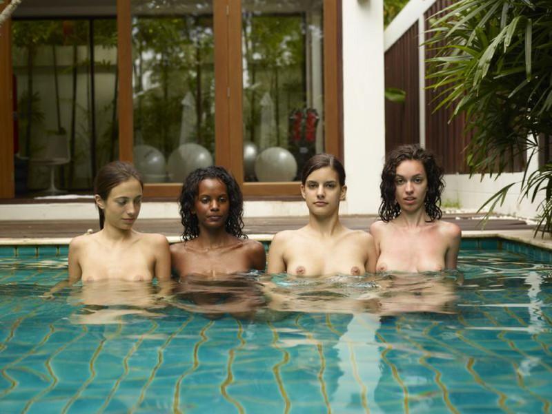Обнаженные молодые девушки позируют стоя в бассейне 4 фото