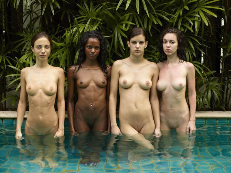 Обнаженные молодые девушки позируют стоя в бассейне 5 фото