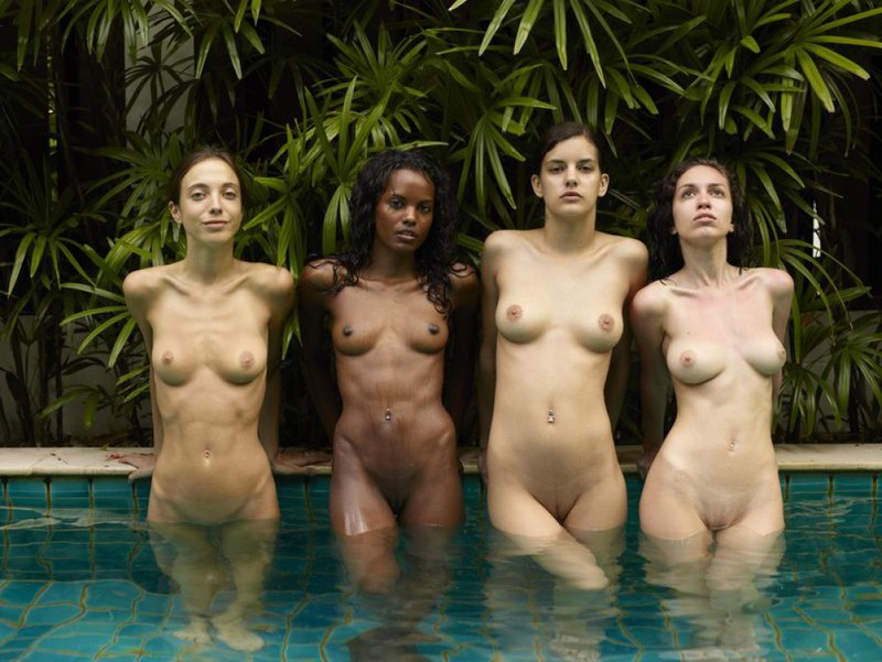 Обнаженные молодые девушки позируют стоя в бассейне 8 фото