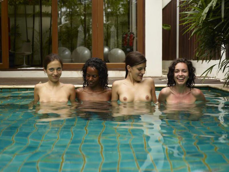 Обнаженные молодые девушки позируют стоя в бассейне 6 фото