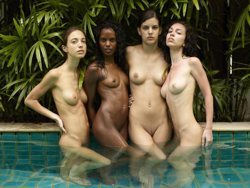 Обнаженные молодые девушки позируют стоя в бассейне 18 фото