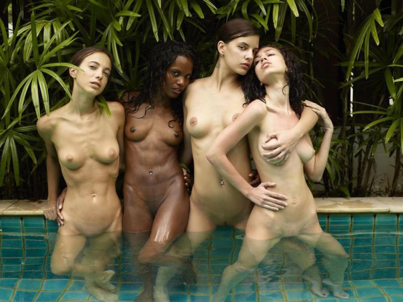 Обнаженные молодые девушки позируют стоя в бассейне 22 фото