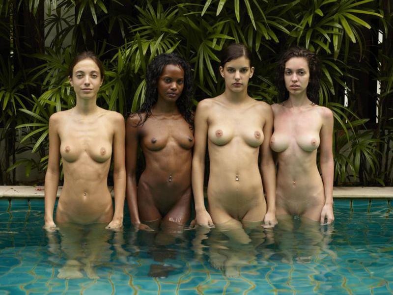 Обнаженные молодые девушки позируют стоя в бассейне 24 фото