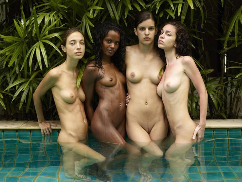 Обнаженные молодые девушки позируют стоя в бассейне 21 фото
