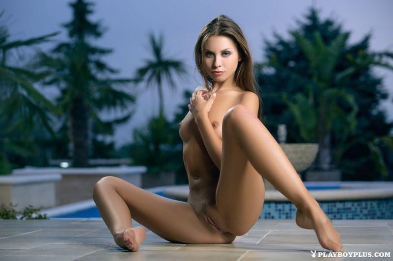 Красавица оголилась у бассейна 10 фото