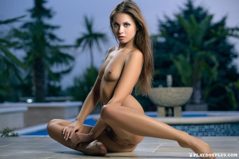 Красавица оголилась у бассейна 7 фото