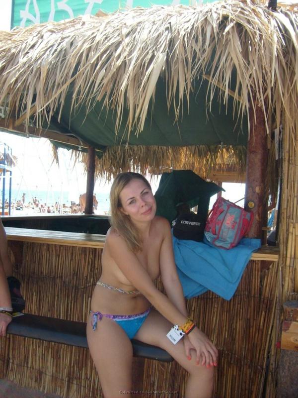 Пошлая туристка загорает на пляже топлес 22 фото
