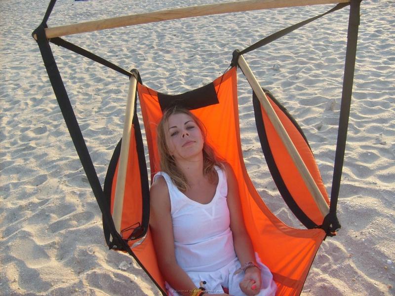 Пошлая туристка загорает на пляже топлес 25 фото