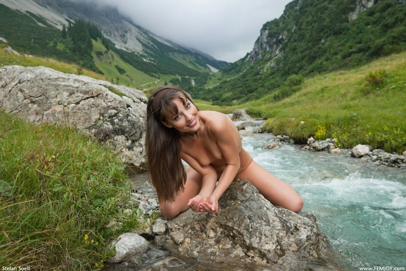 Голая телка светит стройным телом на речном булыжнике в горах 29 фото