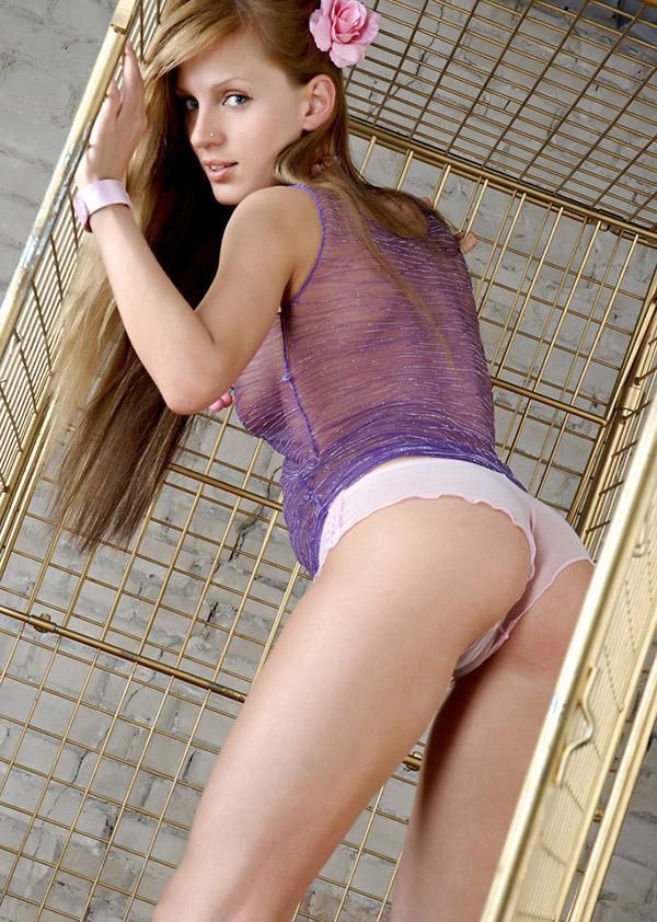 Заключённая устроила стриптиз в камере 2 фото