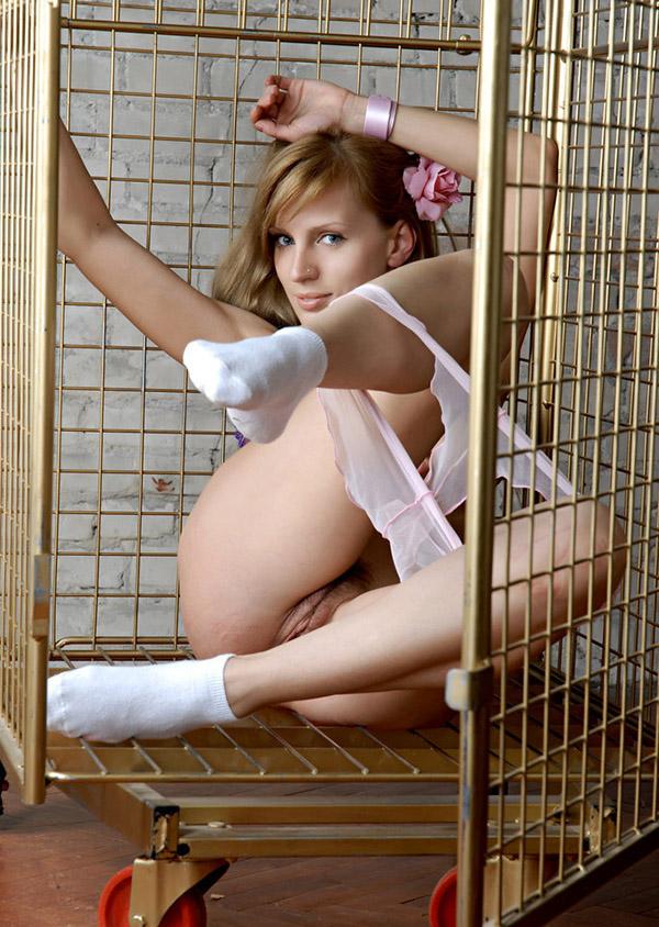 Заключённая устроила стриптиз в камере 8 фото