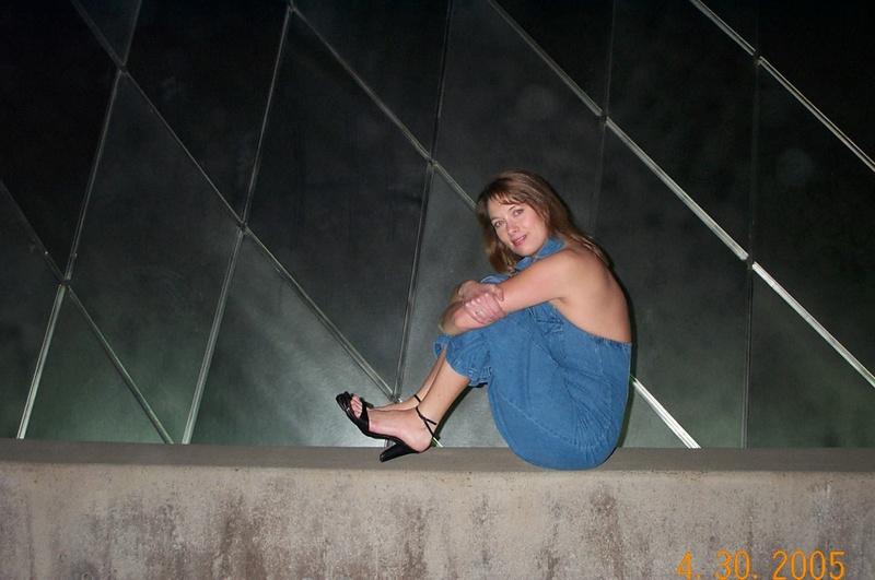 Голая мамка раздвинула ноги, сидя на скамейке 7 фото