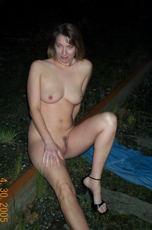 Голая мамка раздвинула ноги, сидя на скамейке 4 фото