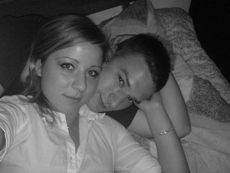 Молодая пара лежат и целуются в кровати 2 фото