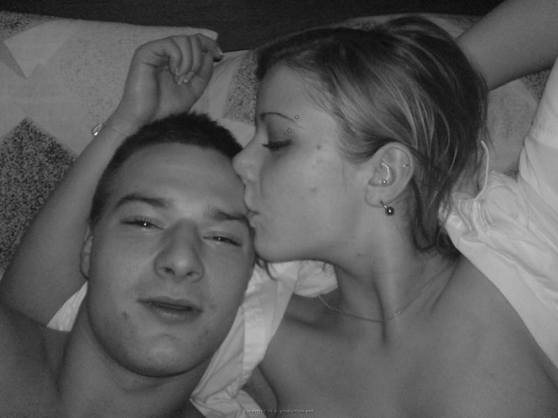 Молодая пара лежат и целуются в кровати 15 фото