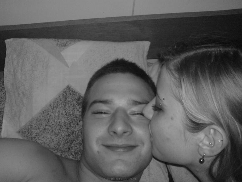 Молодая пара лежат и целуются в кровати 16 фото