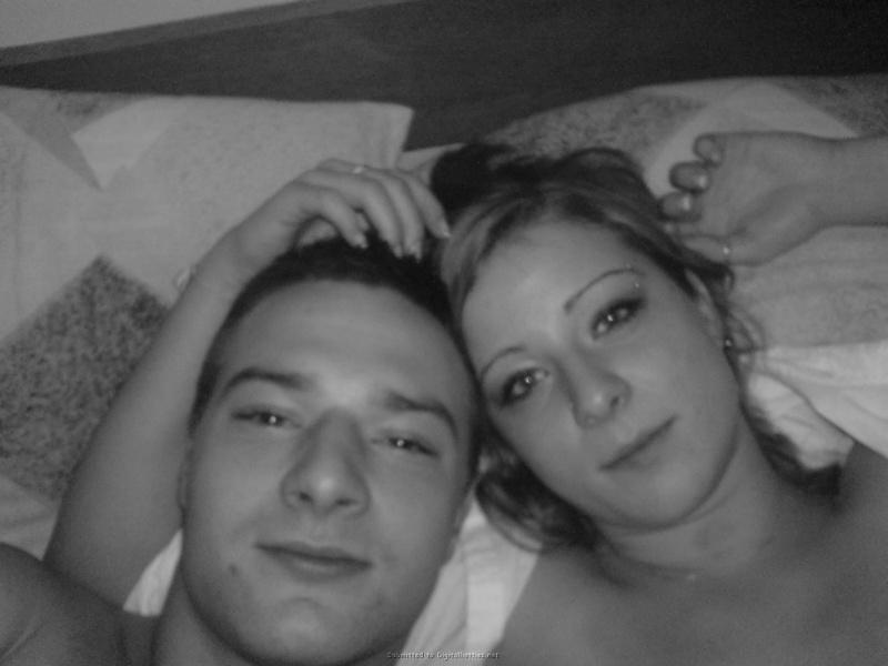 Молодая пара лежат и целуются в кровати 13 фото