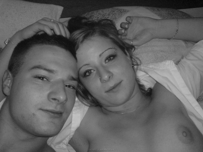 Молодая пара лежат и целуются в кровати 12 фото