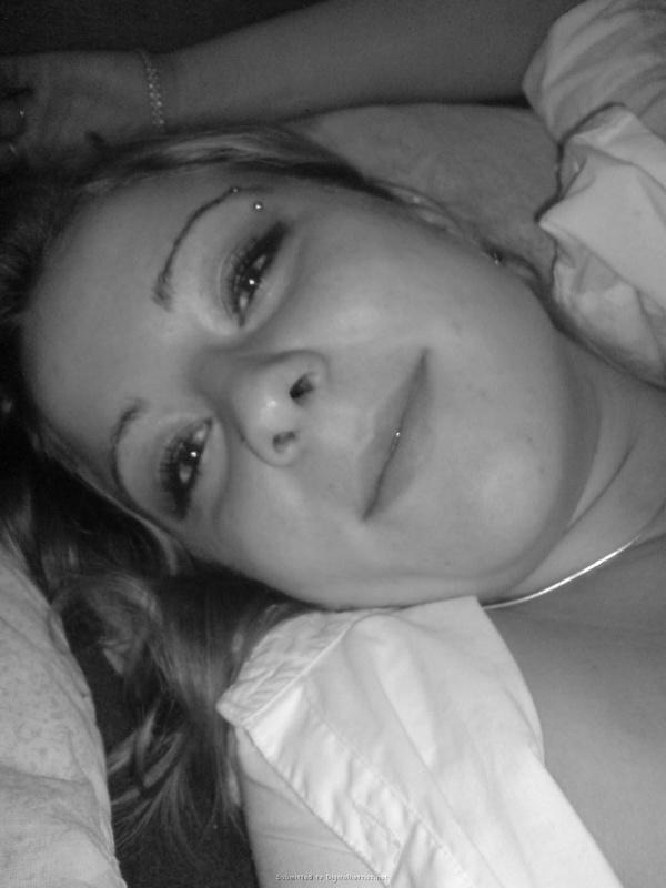 Молодая пара лежат и целуются в кровати 21 фото